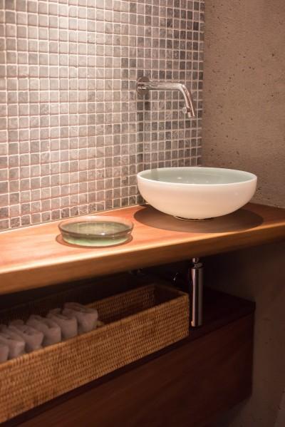 トイレには素材感のある材料が集合 (南越谷Mさんの家)