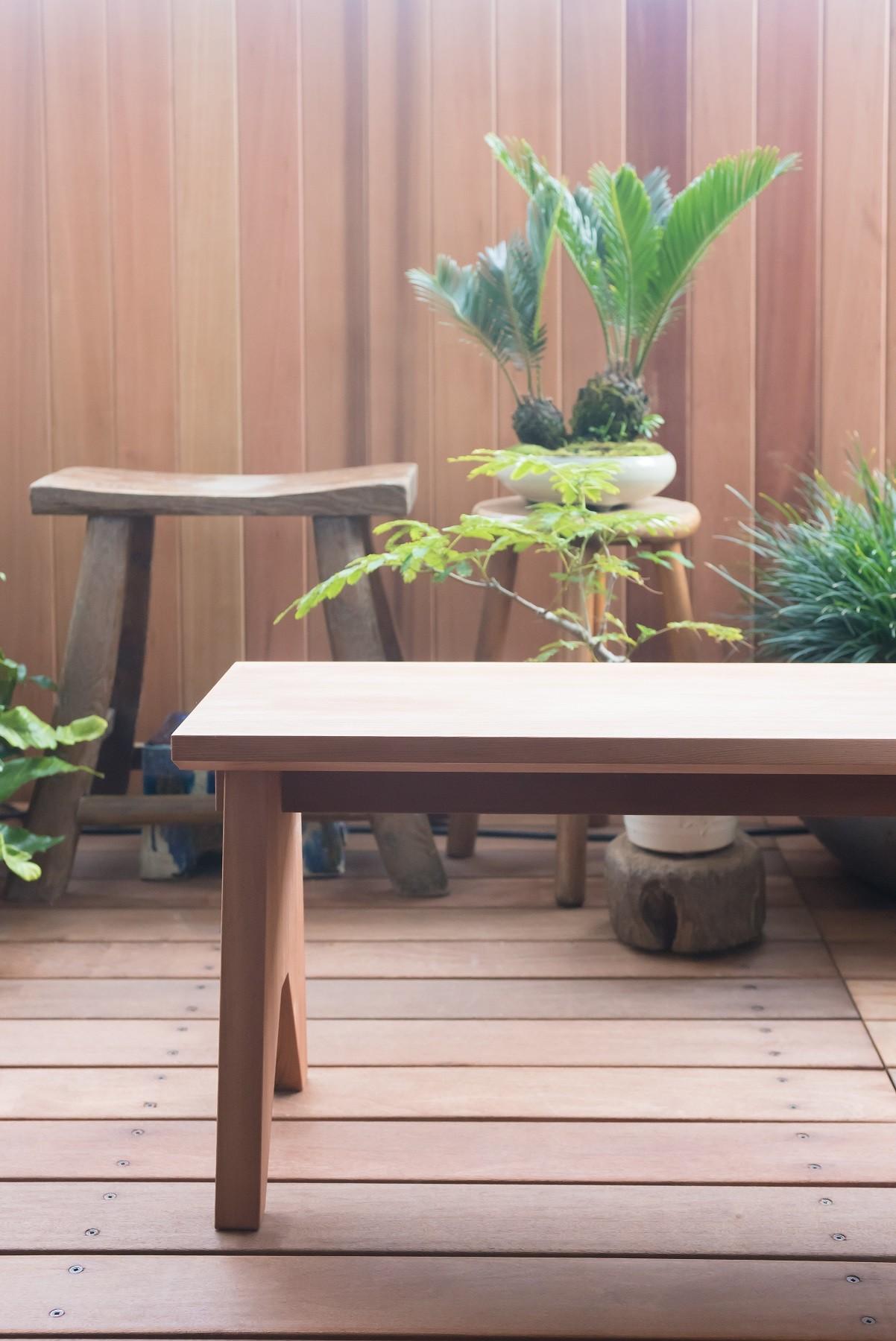 アウトドア事例:米杉のベンチも今回のために製作(南越谷Mさんの家)