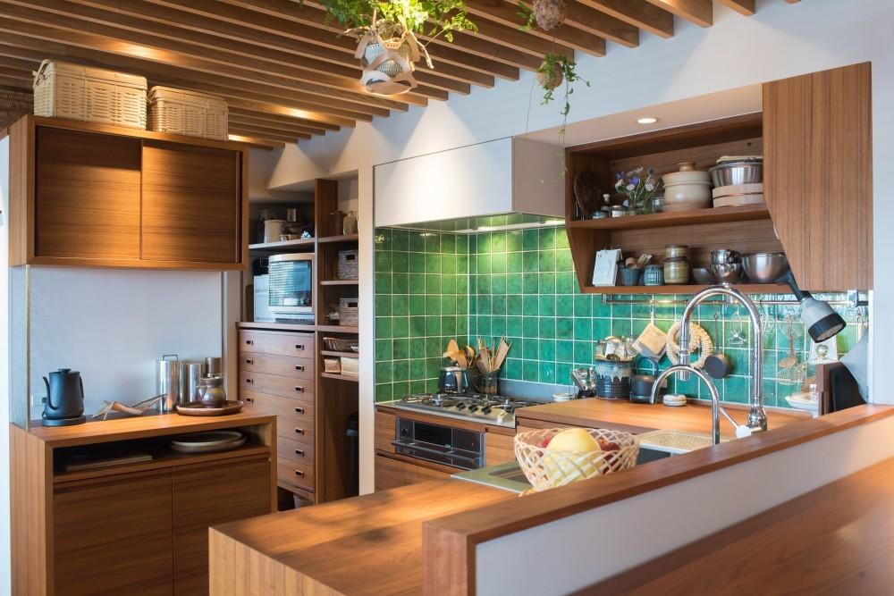 南越谷Mさんの家 (奥にパントリーがあり、冷蔵庫、オーブン、トースター、ワインセラーも収めています)
