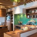南越谷Mさんの家の写真 奥にパントリーがあり、冷蔵庫、オーブン、トースター、ワインセラーも収めています
