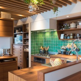 Mさんの家 (奥にパントリーがあり、冷蔵庫、オーブン、トースター、ワインセラーも収めています)
