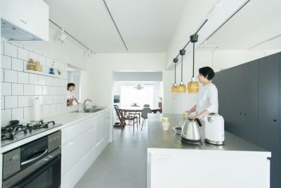 窓があるキッチン (【最優秀賞】renovation of the year 2018 家具美術館な家)
