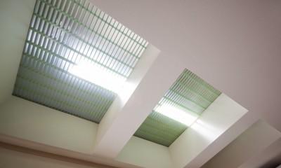 光天井を持つリビング 昼なお暗いリビングを光天井で明るく照らす (リビングダイニング)