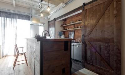 暮らしながら育むブルックリンスタイルの鉄骨住宅 (アメリカンスタイルキッチン)
