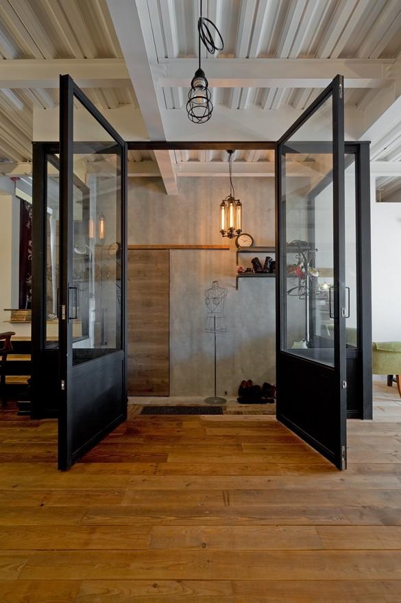 暮らしながら育むブルックリンスタイルの鉄骨住宅 (アメリカンスタイル玄関)