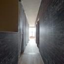 暮らしながら育むブルックリンスタイルの鉄骨住宅の写真 廊下