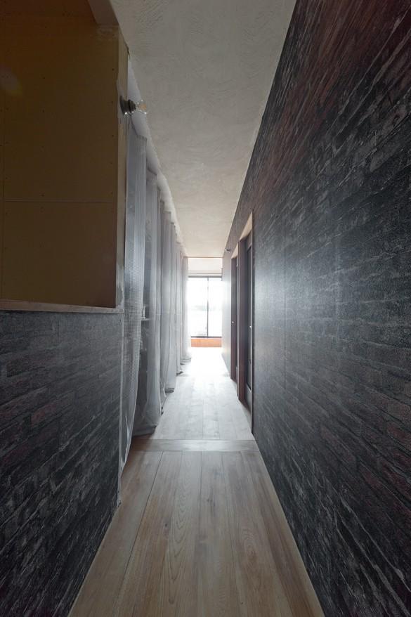 暮らしながら育むブルックリンスタイルの鉄骨住宅 (廊下)