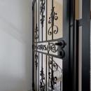 暮らしながら育むブルックリンスタイルの鉄骨住宅の写真 アメリカン門扉