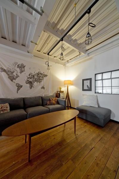 暮らしながら育むブルックリンスタイルの鉄骨住宅 (リビング)