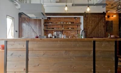 暮らしながら育むブルックリンスタイルの鉄骨住宅 (キッチン)