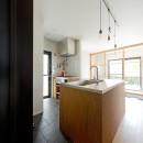 モルタル×木×アイアンのモダンアメリカンな住まいの写真 キッチン