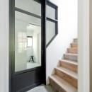 モルタル×木×アイアンのモダンアメリカンな住まいの写真 廊下