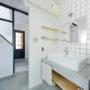 モルタル×木×アイアンのモダンアメリカンな住まいの写真 洗面