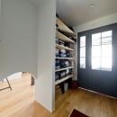 モルタル×木×アイアンのモダンアメリカンな住まいの写真 玄関ホール
