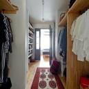 モルタル×木×アイアンのモダンアメリカンな住まいの写真 クローゼット