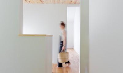 モルタル×木×アイアンのモダンアメリカンな住まい (廊下)