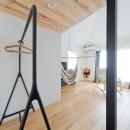 モルタル×木×アイアンのモダンアメリカンな住まいの写真 リビング