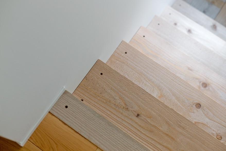モルタル×木×アイアンのモダンアメリカンな住まい (階段)