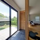 モルタル×木×アイアンのモダンアメリカンな住まいの写真 インナーテラス
