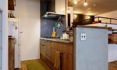 ロフトが主役のカフェハウス (キッチン)