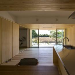 リビング (castor/単純な大屋根形状に普遍的な間取りを、立体的断面形状で組み込んでみる。)