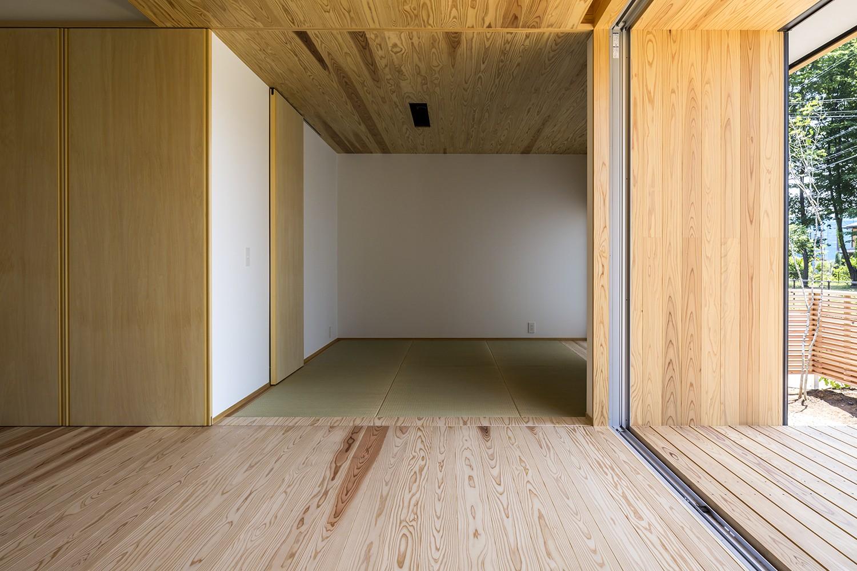 その他事例:和室(castor/単純な大屋根形状に普遍的な間取りを、立体的断面形状で組み込んでみる。)