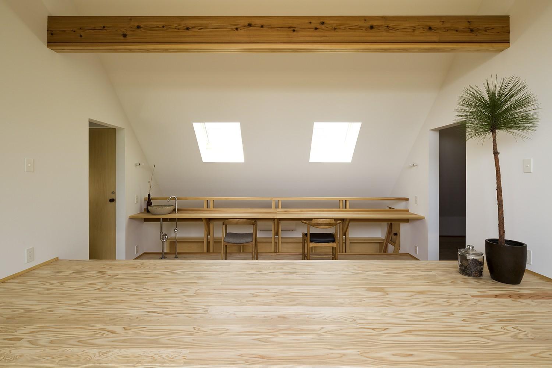 子供部屋事例:スタディスペース(castor/単純な大屋根形状に普遍的な間取りを、立体的断面形状で組み込んでみる。)