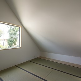 castor/単純な大屋根形状に普遍的な間取りを、立体的断面形状で組み込んでみる。 (主寝室)