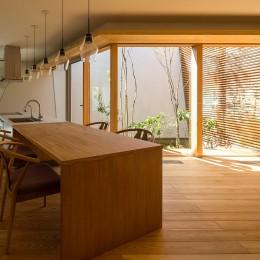 リビングダイニングキッチン (elnath/平面的、立体的な斜めの壁によって構成された空間を考えてみる。)