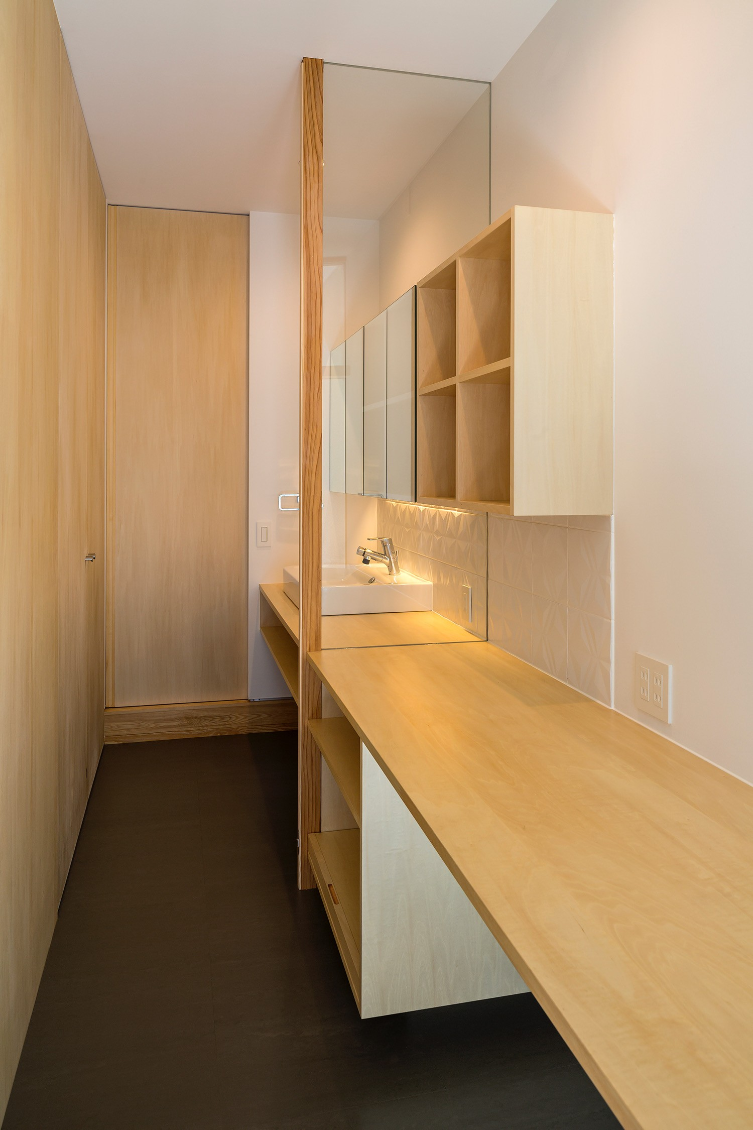 その他事例:書斎・洗面(elnath/平面的、立体的な斜めの壁によって構成された空間を考えてみる。)