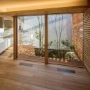 elnath/平面的、立体的な斜めの壁によって構成された空間を考えてみる。の写真 リビング・中庭
