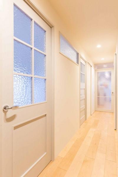 ホールから見た透けガラス (Cornice~朝の自然採光、夜の間接照明。時間の移ろいを楽しむ住まい~)