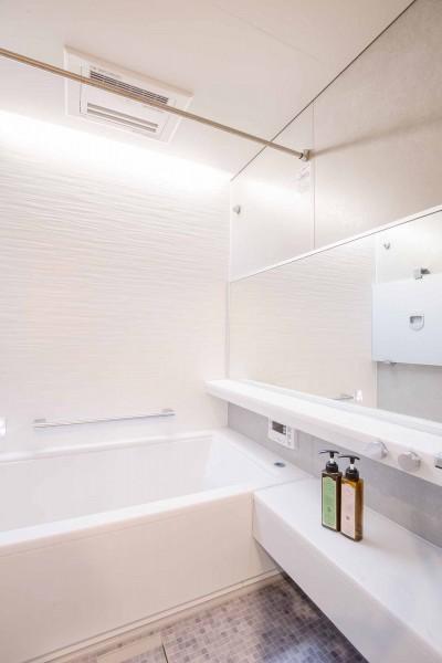 浴室 (Cornice~朝の自然採光、夜の間接照明。時間の移ろいを楽しむ住まい~)