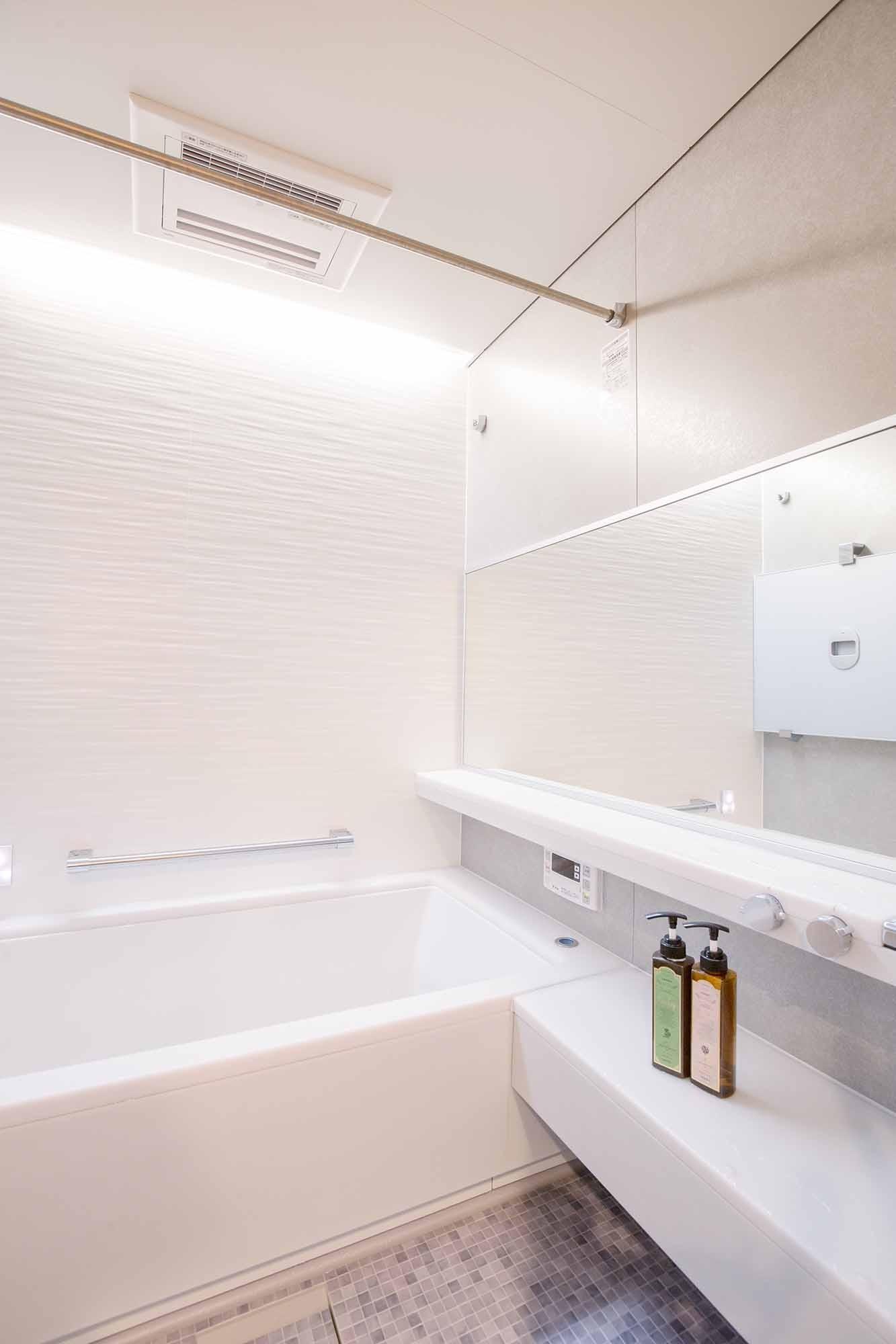 バス/トイレ事例:浴室(Cornice~朝の自然採光、夜の間接照明。時間の移ろいを楽しむ住まい~)