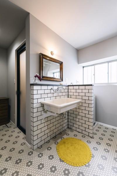 海外のバスルームのような洗面室 (各務原市 N様邸|enjoy weekend!)