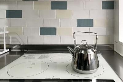 背面の造作棚とタイルをあわせたキッチン (築80年の長屋を「碧の家 」に)