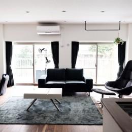 プロの声に耳を傾けた、インダストリアルな空間に北欧家具が並ぶモダンなインテリア。 (BoConceptの家具でスタイリッシュな仕上がりに)