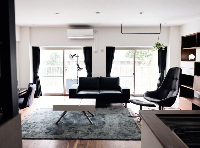 BoConceptの家具でスタイリッシュな仕上がりに (プロの声に耳を傾けた、インダストリアルな空間に北欧家具が並ぶモダンなインテリア。)