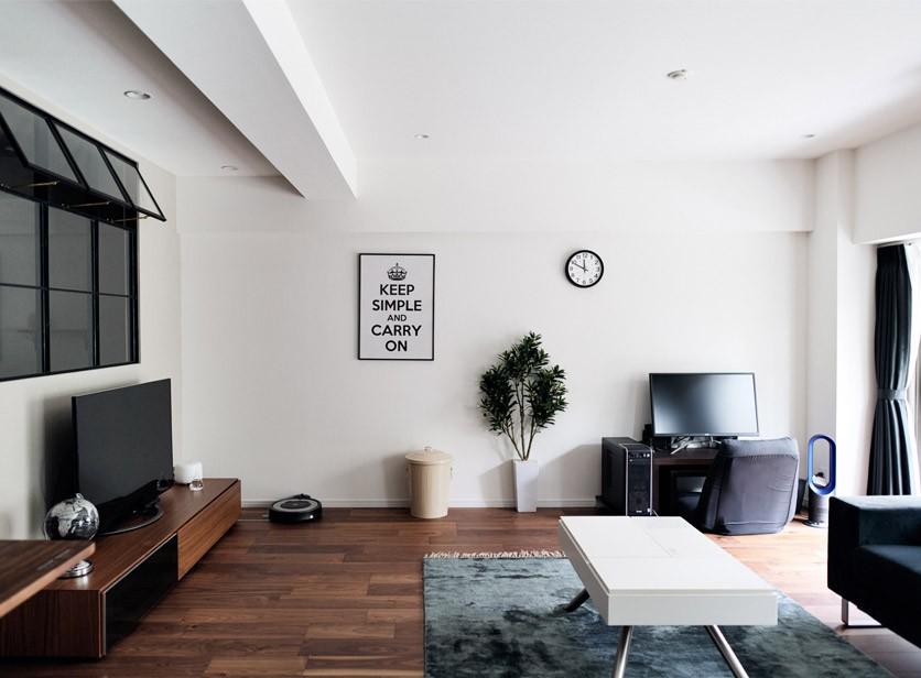 プロの声に耳を傾けた、インダストリアルな空間に北欧家具が並ぶモダンなインテリア。 (白黒とウォルナットカラーでまとめたシックなリビング)