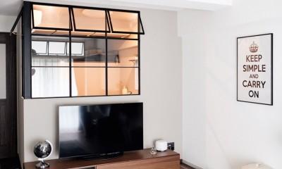 プロの声に耳を傾けた、インダストリアルな空間に北欧家具が並ぶモダンなインテリア。 (ブラックアイアン枠の室内窓)