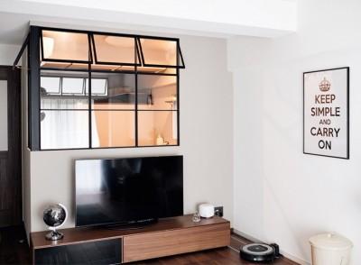 ブラックアイアン枠の室内窓 (プロの声に耳を傾けた、インダストリアルな空間に北欧家具が並ぶモダンなインテリア。)