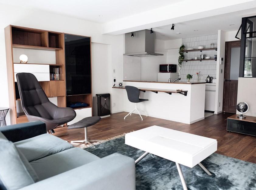 プロの声に耳を傾けた、インダストリアルな空間に北欧家具が並ぶモダンなインテリア。 (広々としたリビングダイニングキッチンに)