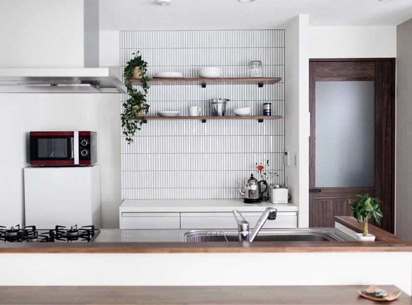 プロの声に耳を傾けた、インダストリアルな空間に北欧家具が並ぶモダンなインテリア。 (壁面タイルがポイントのキッチン)