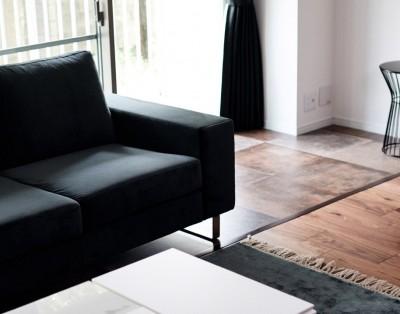 ソファーとインナーテラス (プロの声に耳を傾けた、インダストリアルな空間に北欧家具が並ぶモダンなインテリア。)