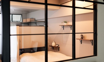 プロの声に耳を傾けた、インダストリアルな空間に北欧家具が並ぶモダンなインテリア。 (室内窓越しのベットルーム)