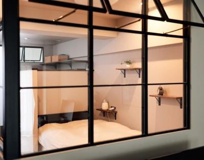 室内窓越しのベットルーム (プロの声に耳を傾けた、インダストリアルな空間に北欧家具が並ぶモダンなインテリア。)