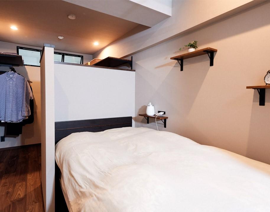 プロの声に耳を傾けた、インダストリアルな空間に北欧家具が並ぶモダンなインテリア。 (ベッドルーム)