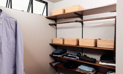プロの声に耳を傾けた、インダストリアルな空間に北欧家具が並ぶモダンなインテリア。 (寝室とつながるウォークインクローゼット)