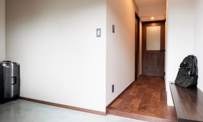 プロの声に耳を傾けた、インダストリアルな空間に北欧家具が並ぶモダンなインテリア。 (広々とした玄関土間)