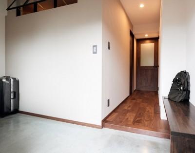 広々とした玄関土間 (プロの声に耳を傾けた、インダストリアルな空間に北欧家具が並ぶモダンなインテリア。)
